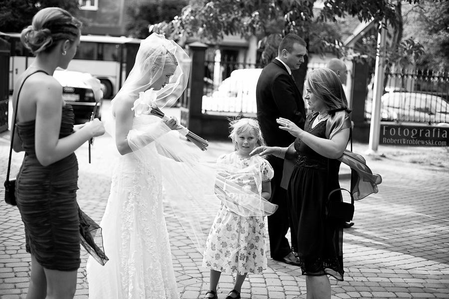 Zdjęcia ślubne Pruszków - mimo upału wiatr potrafił potargać welonem