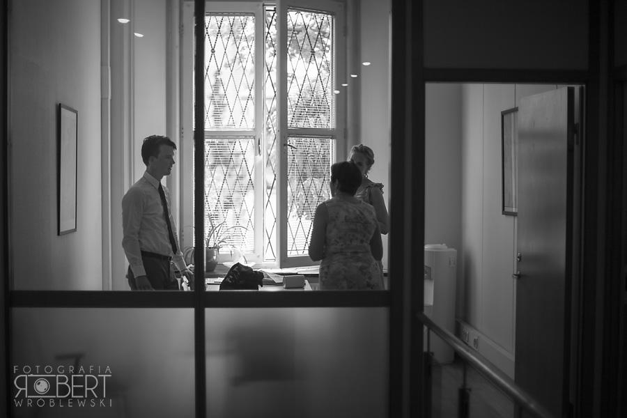 Ustalanie szczegółów z urzędniczką w ambasadzie